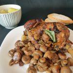 Cuisse de dinde aux champignons, aux marrons et aux oignons grelots