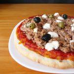Pizza au thon, au fromage frais et aux olives