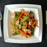 Poêlée aux crevettes, aux haricots plats et aux carottes